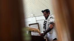 Seorang Yahudi Indonesia berdoa di Sinagoge Shaar Hasyamayimdi, Tondano, Sulawesi Utara, Senin (4/3). Ada sekitar 200 Yahudi di antara 260 juta penduduk Indonesia. (Ronny Adolof Buol/AFP)