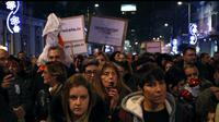 memprotes Presiden Aleksandar Vucic di Beograd, Serbia, Sabtu, 22 Desember 2018 (AP Photo/Darko Vojinovic)