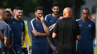 Para pemain Inter Milan mendengarkan intruksi pelatih Luciano Spalletti selama sesi latihan di Appiano Gentile, utara Milan (17/9). Inter akan bertanding melawan wakil Inggris Tottenham Hotspur pada grup B Liga Champions. (AFP Photo/Miguel Medina)