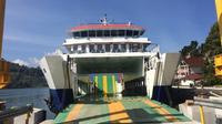 Aktivitas kapal fery di pelabuhan.
