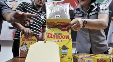 Petugas menunjukkan barang bukti heroin di Mapolda Metro Jaya, Jakarta, Kamis (12/12/2019). Subdit I Ditresnarkoba Polda Metro Jaya mengungkap jaringan narkoba jenis heroin yang melibatkan WN Pakistan berinisial SH, diduga merupakan bandar. (merdeka.com/Iqbal S. Nugroho)