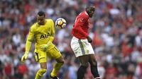 Duel kiper Tottenham, Michel Vorm (kiri) dengan pemain Manchester United, Romelu Lukaku pada semifinal Piala FA di Wembley stadium, London, (21/4/2018). MU menang 2-1. (AP/Kirsty Wigglesworth)