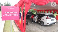 Antrean di pos pelayanan vaksinasi Covid-19 Drive Thru Halodoc Kedua di West One City, Cengkareng, Jakarta, Rabu (10/3/2021). Pos Layanan Vaksinasi Drive Thru kedua tersebut dapat mengakomodir 250 vaksinasi per hari dengan target perluasan hingga 1.000 per hari. (Liputan6.com/Angga Yuniar)