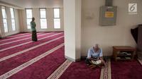 Umat muslim membaca Alquran di Masjid Jami'e Darussalam di Jalan Kebon Melati, Jakarta Pusat, Rabu (31/5). Masjid ini merupakan ruislag, masjid yang dipindahkan dari tanah wakaf satu ke tanah wakaf yang lainnya. (Liputan6.com/Gempur M Surya)