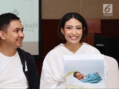 Ayu Dewi dan suami saat jumpa pers atas kelahiran anak kedua mereka di Rumah Sakit kawasan Pondok Indah, Jakarta, Senin (10/7). Anak kedua mereka berjenis kelamin laki-laki dengan bobot 3,5 kg dan panjang 49 cm. (Liputan6.com/Herman Zakharia)