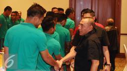 Ketua PSSI, Edy Rahmayadi (kanan) menyalami pemain timnas Indonesia saat pertemuan di Hotel Aryaduta, Tangerang, Selasa (15/11). Jelang berlaga di Piala AFF 2016, Timnas Indonesia melakukan TC di SPH Karawaci. (Liputan6.com/Helmi Fithriansyah)