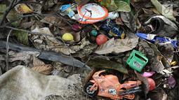 Sejumlah mainan anak yang tersisa pasca gelombang Tsunami Selat Sunda di Dusun Tiga Regahan Lada, Pulau Sebesi, Lampung Selatan, Minggu (30/12). Sebagian warga mengungsi ke Kalianda. (Liputan6.com/Herman Zakharia)