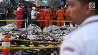 Personil SAR Gabungan mengidentifikasi isi kantong jenasah yang diturunkan dari KRI Torani di Pelabuhan JICT 2, Jakarta, Kamis (1/11). Pesawat Lion Air PK LQP JT 610 jatuh di perairan Karawang pada Senin (29/10) lalu. (Liputan6.com/Helmi Fithriansyah)