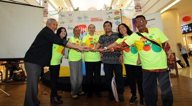 """Ketua Pundi Amal SCTV, M Risanggono (kiri) bersama penyelenggara """"Run for Leprosy"""" berfoto bersama usai menggelar jumpa pers di Mall Alam Sutera, Tangerang, Kamis (26/2/2015). (Liputan6.com/Helmi Fithriansyah)"""