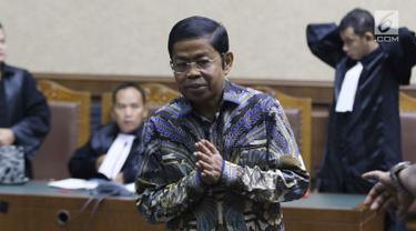 Terdakwa dugaan penerimaan suap terkait kerja sama pembangunan PLTU Riau-1, Idrus Marham saat jeda sidang lanjutan di Pengadilan Tipikor, Jakarta, Selasa (12/3). Sidang memeriksa keterangan terdakwa. (Liputan6com/Helmi Fithriansyah)