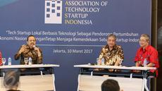 (ki-ka) Sekjen Kemenkop Agus Muharram, Kapokja Industri Teknologi KEIN Andri S.B Sudibyo, dan Ketua Umum ATSINDO Handito Joewono saat berdiskusi dalam Association of Strartup Indonesia di Jakarta, Jumat (10/3). (Liputan6.com/Angga Yuniar)