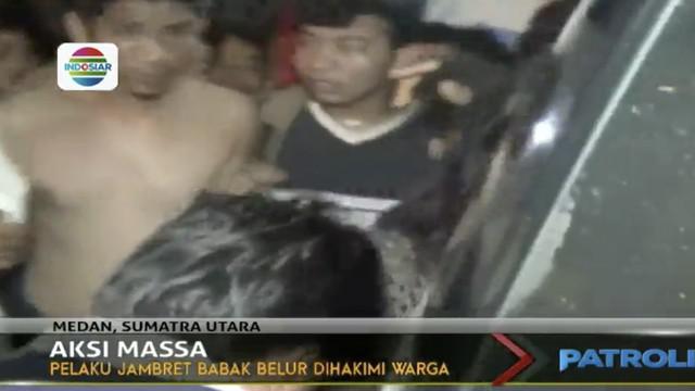 Seorang pelaku jambret babak belur dihakimi warga usai berkasi di Jalan Taduan, Medan Tembung, Sumatra Utara, Selasa, 25 Juli 2017 malam.
