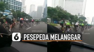 Rombongan pesepeda memenuhi satu jalur di sebuah jalan untuk kendaraan bermotor di daerah Jakarta. kejadian itu direkam oleh pengendara mobil yang sedang melintas.