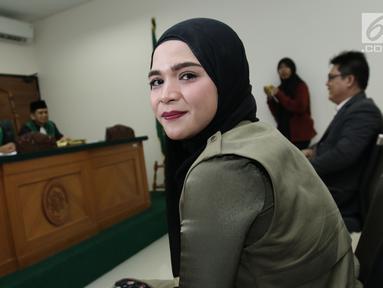 Istri Henry Baskoro Hendarso (Enji), Rosmanizar bersiap menjalani sidang cerai perdana di Pengadilan Agama Jakarta Timur, Kamis (16/8). Rosmanizar menghadiri sidang cerai perdana tanpa kehadiran Enji dengan agenda mediasi. (Liputan6.com/Herman Zakharia)
