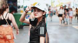 Salah satu model topi favorit bagi wanita kelahiran Medan ini ialah topi baseball. Gaya sporty dengan nuansa monokrom ala Michelle membuat ia terlihat lebih edgy. (Liputan6.com/IG/@michelleziu)