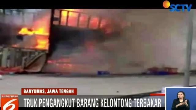 Awalnya seorang pengendara memberitahukan sopir bahwa ada asap mengepul dari bak truk.