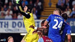 Aksi penyelamatan gemilang Peter Cech dalam pertandinag Liga Inggris antara Chelsea melawan Asron Villa di Stadion Stamford Bridge, London Rabi 21 Agustus 2013. (AFP/Carl Court)