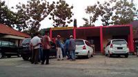 Suasana di depan gedung SPKT Polres Bangkalan. (Liputan6/Musthofa Aldo)
