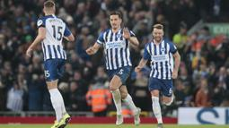 Bek Brighton and Hove Albion, Lewis Dunk (tengah) berselebrasi dengan rekannya usai mencetak gol ke gawang Liverpool pada pertandingan lanjutan Liga Inggris di Stadion Anfield (30/11/2019). Liverpool menang tipis atas Brighton 2-1. (AP Photo/Jon Super)