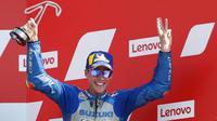 Pembalap Suzuki, Joan Mir, melakukan selebrasi di atas podium usai balapan MotoGP San Marino di Sirkuit Misano, Minggu (13/9/2020). Morbidelli menjadi yang tercepat dengan catatan waktu 42 menit 02,272 detik. (AP/Antonio Calanni)