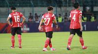 Pemain Madura United melangkah lemas setelah kalah 1-2 dari Bhayangkara FC dalam laga pekan ke-28 Shopee Liga 1 2019 di Stadion Gelora Bangkalan, Jumat (22/11/2019). (Bola.com/Aditya Wany)
