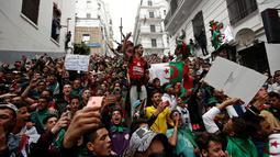 Para pengunjuk rasa berteriak ketika berdemonstrasi di Aljir, Aljazair, Jumat (19/4). (REUTERS/Ramzi Boudina) Demonstrasi berlangsung damai. (REUTERS/Ramzi Boudina)