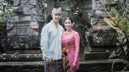 Keduanya melangsungkan pernikahan di Puri Sareh, Gianyar, Bali. Wanita yang kini berusia 39 tahun ini terlihat awet muda bahkan tetap cantik dengan kebaya Bali. Untuk menghormati pernikahan mereka, Happy Saslma di beri nama Jero Happy Salma Wanasari.(Liputan6.com/IG/@happysalma)