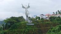 Monumen Yesus memberkati di Manado. Foto diambil dengan #OPPOSelfieTourWithF5 di #TourdeManado.