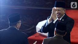Ketua MPR RI 2019-2024 Bambang Soesatyo memberikan salam kepada mantan Ketua MPR Zulkifli Hasan pada Rapat Paripurna MPR di kompleks parlemen, Jakarta, Kamis (3/10/2019). Bambang Soesatyo resmi menjadi Ketua MPR setelah Fraksi Gerindra di MPR menyatakan sepakat mendukung. (Liputan6.com/Johan Tallo)