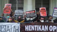 Puluhan warga Papua yang tergabung dalam Solidaritas Rakyat Papua menggelar aksi unjuk rasa di depan Gedung Merdeka, Kota Bandung, Jumat (21/5/2021). (Liputan6.com/Huyogo Simbolon)