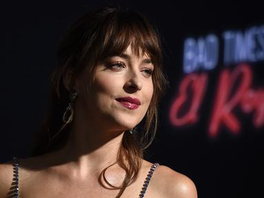 Aktris Dakota Johnson berpose saat menghadiri pemutaran perdana film terbarunya, Bad Times at the El Royale, di Hollywood (22/9). Film thriller ini  disutradarai oleh Drew Goddard. (AP Photo/Jordan Strauss)