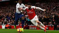Bek sayap Arsenal, Sead Kolasinac berduel dengan pemain Tottenham hotspur, Serge Aurier dalam laga lanjutan Liga Inggris pekan ke-14 yang berlangsung di stadion Emirates, London, Minggu (2/12). Arsenal menang atas Tottenham Hotspur 2–1. (AFP/Ian Kington)