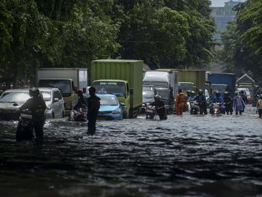 Sejumlah kendaraan melintasi banjir di Jalan Husein Nastranegara Perapatan Rawa Bokor,Tangerang, Sabtu (1/2/2020). Hujan deras yang mengguyur sejak Jumat (31/1) malam menyebabkan sejumlah kawasan di Tangerang terandam air. (merdeka.com/Imam Buhori)