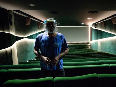Seorang petugas pembersih melakukan persiapan di bioskop Le Grand Rex di Paris, Prancis (22/6/2020). Prancis, yang melonggarkan lockdown nasional secara bertahap mulai 11 Mei, memasuki fase pelonggaran baru pada Senin (22/6). (Xinhua/Aurelien Morissard)