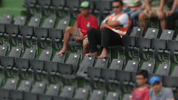 Penonton Santai menyaksikan mengankat kaki pada sandaran kursi saat laga Piala Davis 2018 grup dua Asia/Oceania di Senayan, Jakarta, Sabtu (4/2/2018). (Bola.com/Nick Hanoatubun)