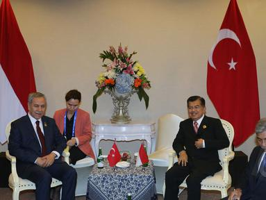 Wapres Jusuf Kalla (kanan) berbincang dengan Wakil PM Turki, Bulent Arinc dalam pertemuan Bilateral Konferensi Tingkat Tinggi (KTT) Asia Afrika 2015 di JCC, Kamis (23/4). Kedua negara membahas perdamaian di Timur Tengah. (Liputan6.com/Herman Zakharia)