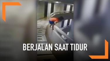 Seorang bocah lima tahun mengalami patah tulang setelah terjatuh dari lantai 11 sebuah hotel di Thailand. Ia terjatuh karena berjalan saat tidur atau sleepwalker.
