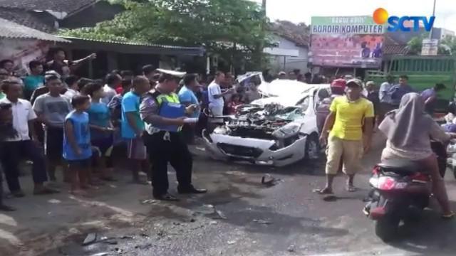 Kecelakaan maut terjadi saat taksi online yang melaju dari arah Jember berupaya mendahului mobil di depannya.
