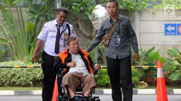 Dirut PT. WKE, Budi Suharto saat tiba menggunakan kursi roda di Gedung KPK, Jakarta, Senin (14/1). Budi Suharto diperiksa sebagai tersangka kasus suap sejumlah proyek pembangunan SPAM di Kementerian PUPR. (merdeka.com/Dwi Narwoko)