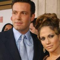 Jennifer Lopez pernah bertunangan dengan Ben Affleck. Ben membatalkan pernikahan mereka empat hari sebelum hari H dan memutuskan hubungan beberapa bulan kemudian. (fuull.ec)