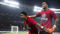Pemain Persija Jakarta, Bambang Pamungkas dan Andritany Ardhiyasa, menyapa suporter usai meraih gelar juara Piala Presiden di SUGBK, Jakarta, Sabtu (17/2/2018). Persija menang 3-0 atas Bali United. (Bola.com/Vitalis Yogi Trisna)