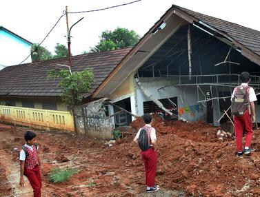 Truk Proyek Tol Timpa Bangunan SD Bambu Apus Pamulang
