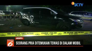 Pria paruh baya ditemukan tewas di dalam mobil di areal parkir SPBU Rawamangun, Jaktim. Diduga korban tewas akibat menghirup gas karbon monoksida saat tertidur di dalam mobilnya.