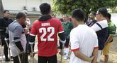 Calon Ketum PSSI, Vijaya Fitriyasa, berdiskusi dengan Tim Garuda INAF yang merupakan pesepak bola amputan di Lapangan R.S Suyoto, Jakarta, Sabtu (12/10). Kunjungan ini dilakukan untuk memberi dukungan kepada Tim Garuda INAF jelang Piala Asia Amputee Football 2020. (Bola.com/Vitalis Yogi Trisna)