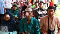 Sejumlah pasien usai menjalani operasi katarak di RS Bhayangkara Brimob, Depok, Jawa Barat, Sabtu (9/1/2016). Rayakan HUT ke-21, Indosiar gelar acara pengobatan gratis dan operasi katarak di 21 titik. (Liputan6.com/Yoppy Renato)