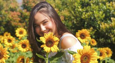 Di tengah kesibukannya sebagai selebriti, gadis kelahiran Jakarta, 13 Juli 2000 ini menyempatkan waktu untuk pergi berlibur. Kota Bandung dengan taman bunga matahari menjadi salah satu pilihan wisata kekasih Rizky Nazar ini.(Liputan6.com/IG/syifahadjureal)