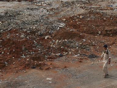 Pekerja berjalan di lahan terminal di Jalan Margonda Raya, Depok, Jawa Barat, Kamis (6/9). Megaproyek dengan total investasi Rp1,3triliun tersebut akan dilengkapi dengan mega blok komersil, hotel dan apartemen 22 lantai. (Liputan6.com/Immanuel Antonius)