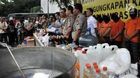 Wakapolri Komjen Pol Syafruddin didampingi jajaran kepolisian memberi keterangan saat menunjukkan barang bukti minuman keras atau miras oplosan di Mapolres Jakarta Selatan, Rabu (11/4). Puluhan orang tewas dalam kasus ini. (Merdeka.com/Iqbal Nugroho)
