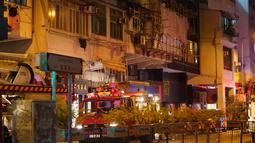 Petugas pemadam kebakaran dan polisi menyelidiki lokasi kebakaran di Hong Kong, China selatan (15/11/2020). Kebakaran yang terjadi sekitar pukul 20.00 waktu setempat di gedung apartemen di Canton Road, Jordan, itu berhasil dipadamkan sekitar dua jam kemudian. (Xinhua/Lui Siu Wai)