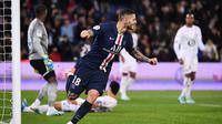 Striker PSG, Mauro Icardi, merayakan gol yang dicetaknya ke gawang Lille pada laga Ligue 1 Prancis di Stadion Parc des Princes, Paris, Jumat (22/11). PSG menang 2-0 atas Lille. (AFP/Franck Fife)